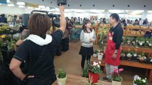 インタビューを受ける愛彩ランドの木下店長」